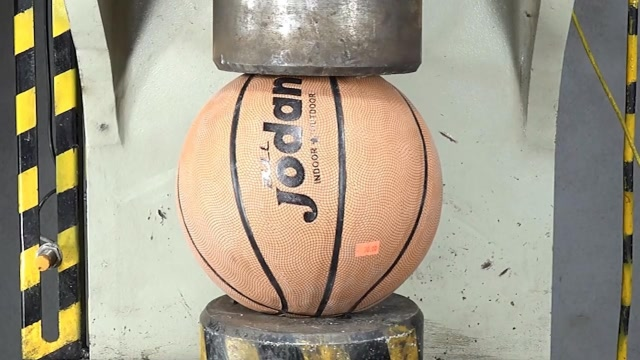 用液壓機碾壓籃球,結果會發生什么