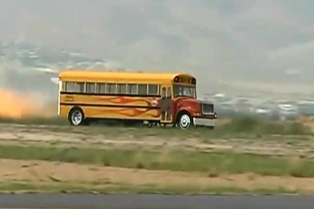 超跑算什么?时速超过350的无敌火箭巴士!