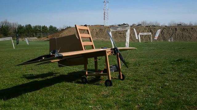 真會玩!牛人將木頭椅子改裝成了遙控飛天椅