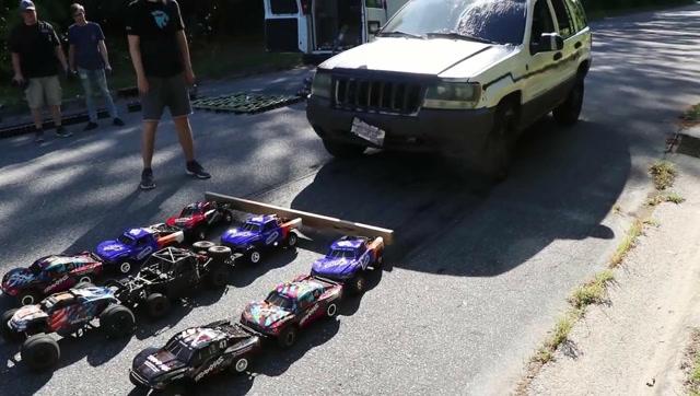 疯狂测试:多少辆玩具车可以拉动一辆真车