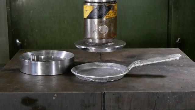 太有创意了!用液压机制作一口煎锅