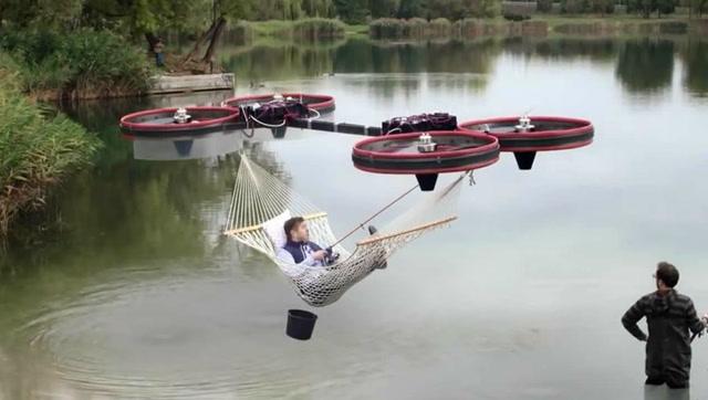厉害了!牛人用巨大的无人机做了一个飞行吊床