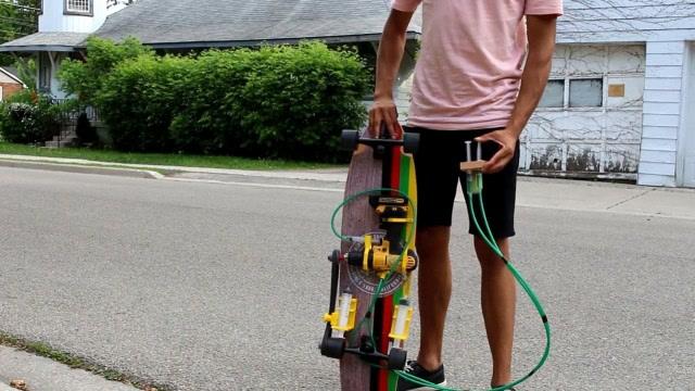 牛人制作用针筒控制的电动滑板,时速24公里!