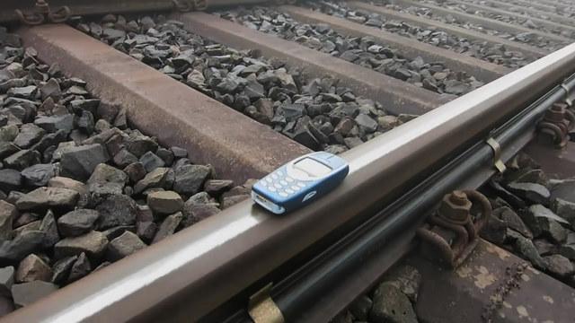 諾基亞被火車碾過 結果居然不是火車脫軌