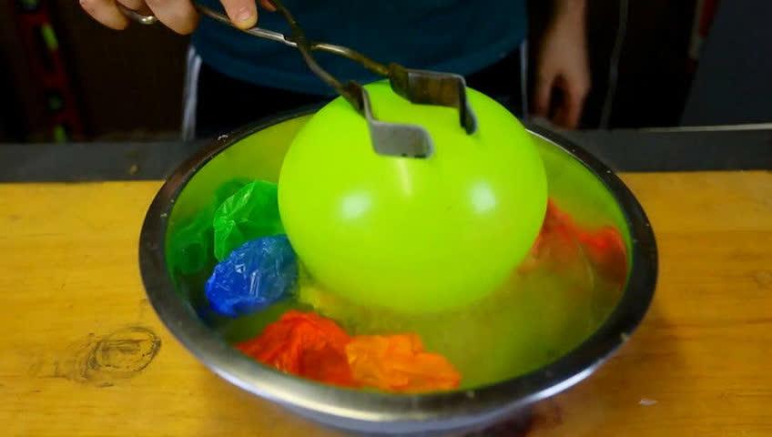 熊叔实验室:用液氮冻住气球会发生什么