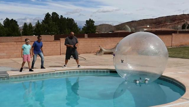真会玩!牛人把遥控车放在水上泡泡球里行驶