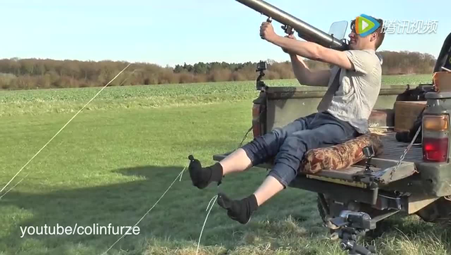 英国男子用自制火箭发射器脱袜子