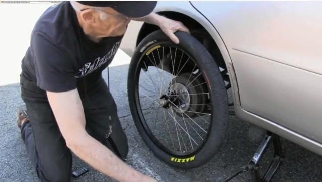 将自行车轮胎安装在汽车上,能正常行驶吗?