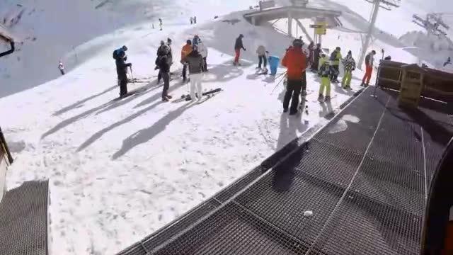 看呆!牛人极限滑雪第一视角飞跃直升机