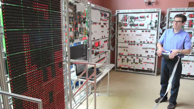这就是40万打造的巨型计算机:只能玩俄罗斯方块