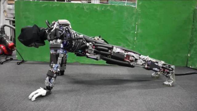 """日本推出的""""会流汗""""机器人能够完成更多俯卧撑"""