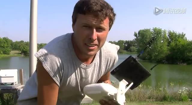 真绝技看呆了!美国农民用无人机钓鱼