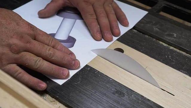 动手大神神奇改造:柔弱纸片成利刃 切割木块