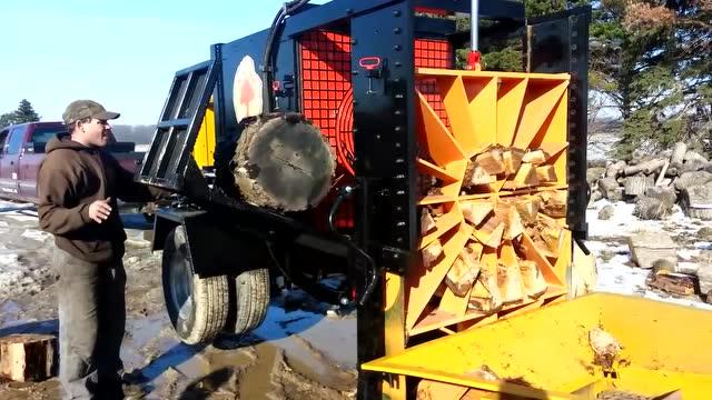 太浪費了!用機器把木頭劈成這樣燒,這些可都是原木