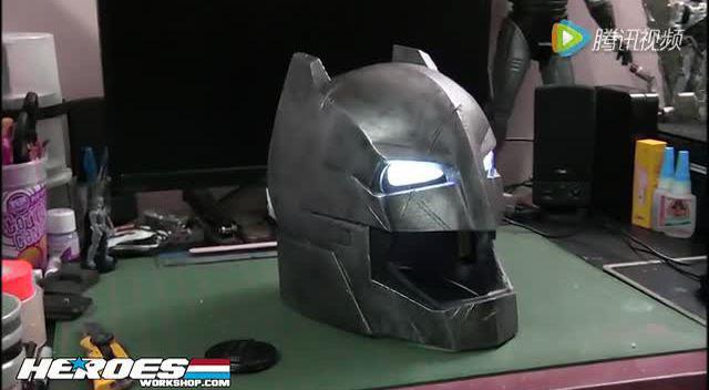 牛人手工打造蝙蝠侠反超人头盔