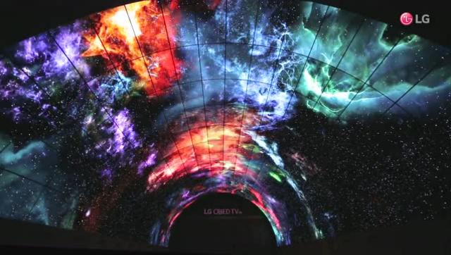 LG用216塊屏幕打造OLED魔幻隧道 美輪美奐