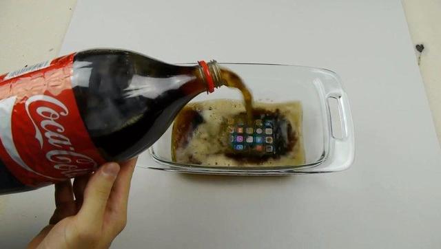 把iPhone 7泡在可乐中17个小时 结果出乎意料