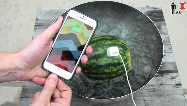 牛人教你用西瓜给手机充电