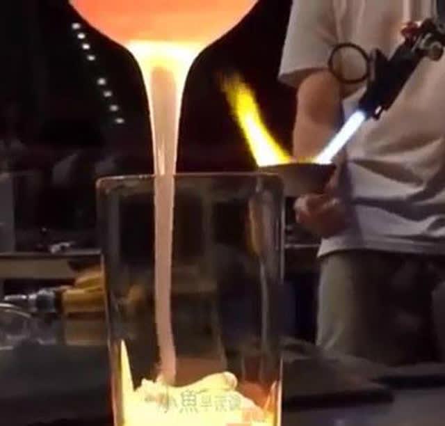 把熔化的玻璃倒入玻璃杯里会发生什么?