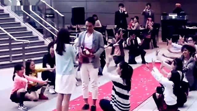 快闪舞求婚_国外超牛快闪舞蹈求婚,只要是个妞都会被拿下!