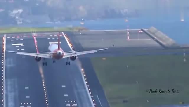实拍飞机降落时遇到侧风