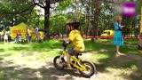 视频:4岁正太摩托车炫技 上车要人抱萌翻了