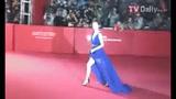 视频:文根英亮相红毯险摔倒