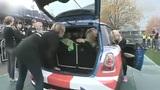 28名女子挤进一辆Mini 如此玩柔术破世界纪录