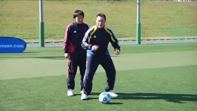 视频:汤姆拜尔足球训练之转身扭动虚晃变向