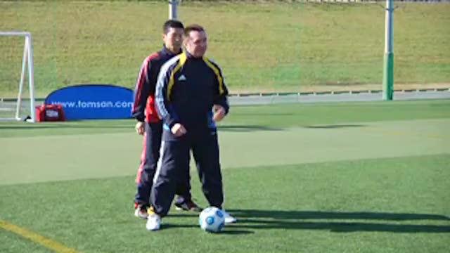 视频:汤姆训练对抗之外脚背拨球变向突破