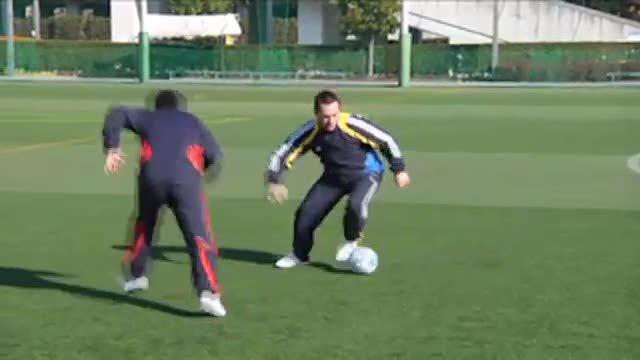 视频:汤姆-拜尔足球训练1vs1快速变向突破