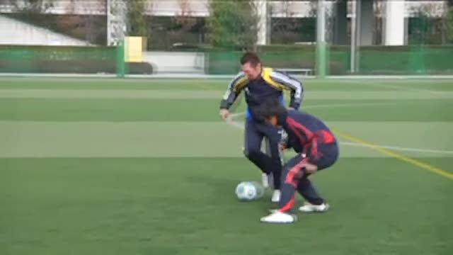 视频:汤姆足球训练之脚弓带球踩球加速突破
