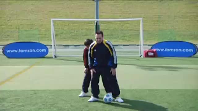 视频:汤姆足球训练之左右脚结合转身摆脱