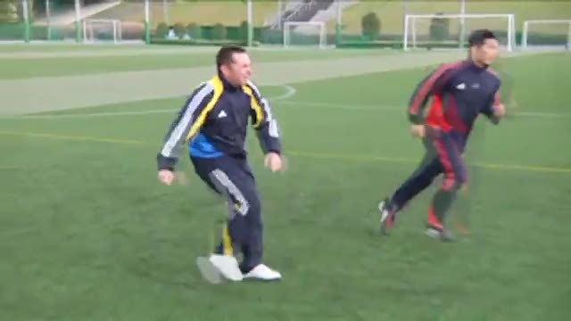 视频:汤姆足球训练之脚掌连续踩球转身变向