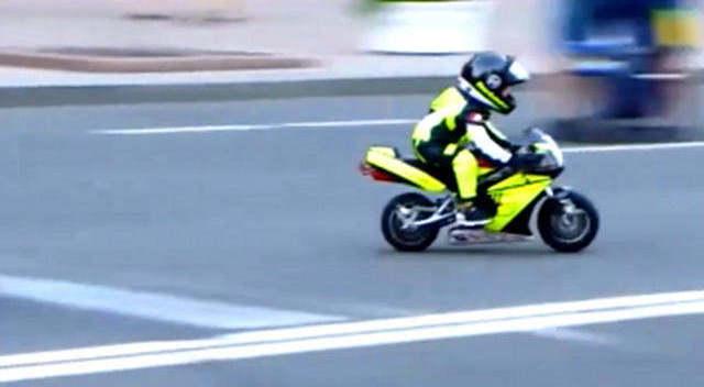 2岁小孩骑摩托车,超级拉风