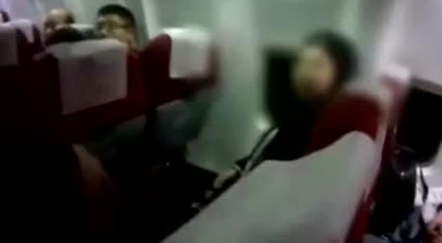 女乘客坐飞机拒绝关手机,落地后被拘留