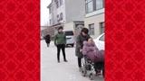 瘫痪母亲为了儿子选择要去养老院,结果儿子哭了!