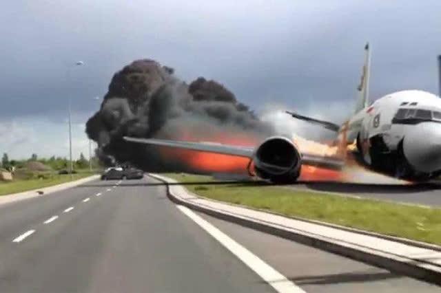 飞机起飞时间延误 乘客情绪失控怒砸玻璃窗