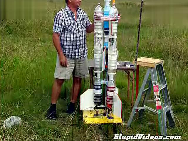 【搬运】牛人制作矿泉水瓶二级火箭 还可飞上500米图片