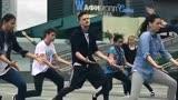 俄罗斯长腿帅哥超赞齐舞,动作简单,但是超级整齐,强迫症福音