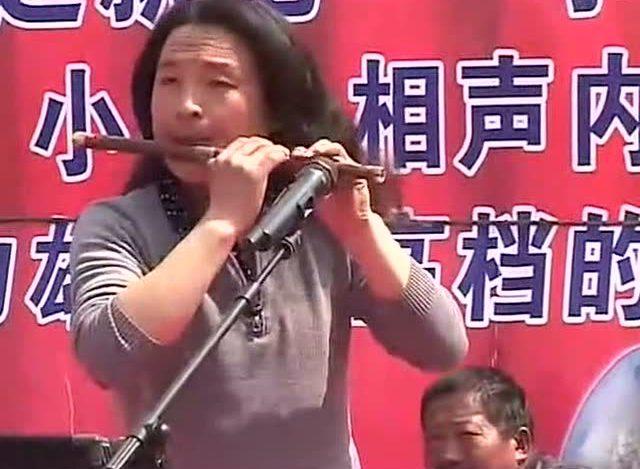 农村联会上男子笛子演奏《上海滩》太赞了