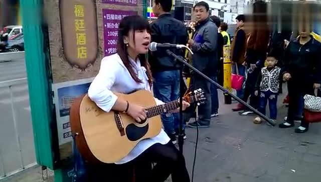 法国街头艺人表演静音吉他