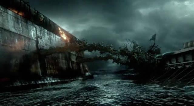 身背油桶靠近敌军战船