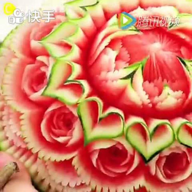 用西瓜雕刻一束玫瑰花 看着就不忍心吃了