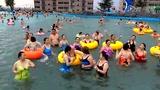 华山美女泳衣广场舞激情上映雪花山海啸池!图片