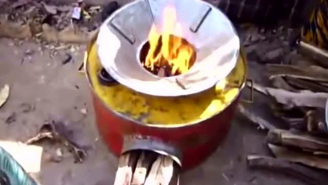 非洲兄弟用油桶做炉子,整个过程纯手工打造