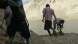 缅甸矿区挖玉人一夜暴富,一天挖好几块墨翠,太爽了吧
