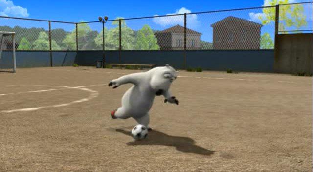 倒霉熊踢足球 自己却摔倒了!