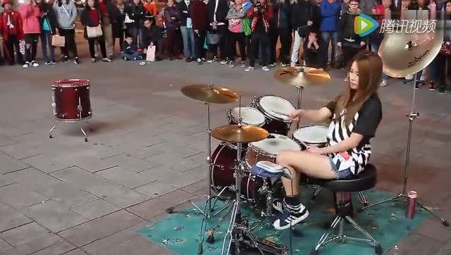 气质美女街头架子鼓表演《灌篮高手》帅得不要不要的