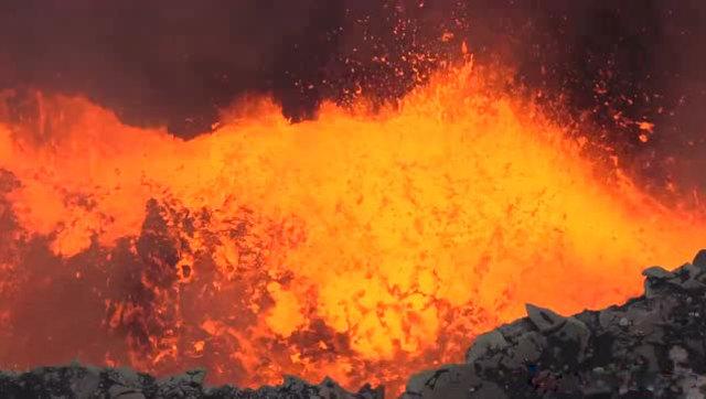 国外小伙近距离拍活火山的岩浆,这沸腾的岩浆真是太壮观了